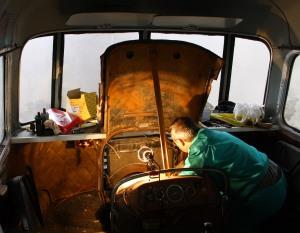 Tasques de restauració del motor per part dels voluntaris del Museu