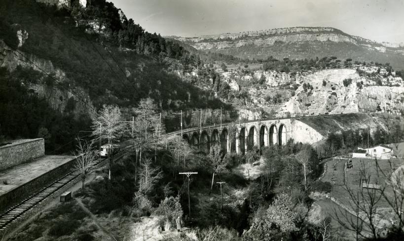 La draisina aturada al  viaducte de la Fontmolsa, mol a prop de Sant Martí de Centelles, a la línia de      Puigcerdà. En realitat es tracta de un retrat: l'inspector posa a la part inferior de la imatge. Francesc Ribera, 1956.
