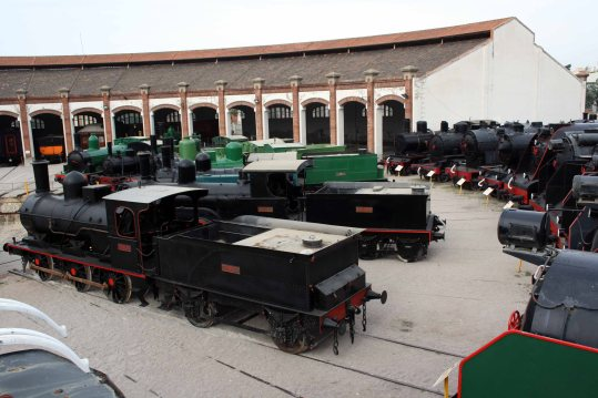 Col·lecció de locomotores de vapor a la Rotonda del Museu durant les obres