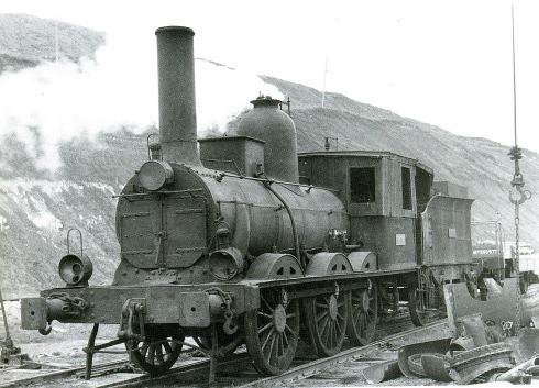 Foto antiga de la locomotora amb la sobrecabina afegida