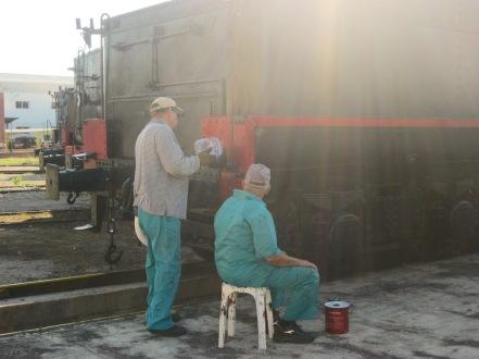 Netejant i pintat la topera d'una m`quina de vapor
