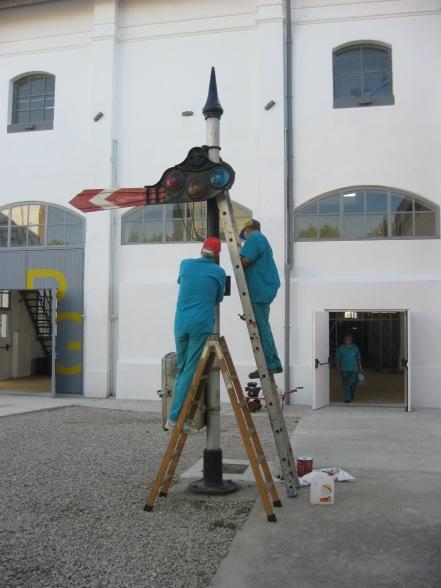 Voluntaris repintant la senyal de braç