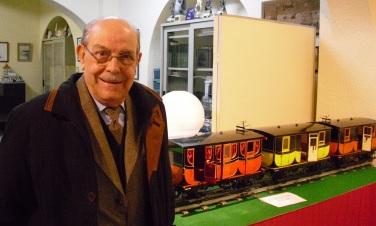 El Sr. Fonollosa amb els cotxes del Tren del Centenari