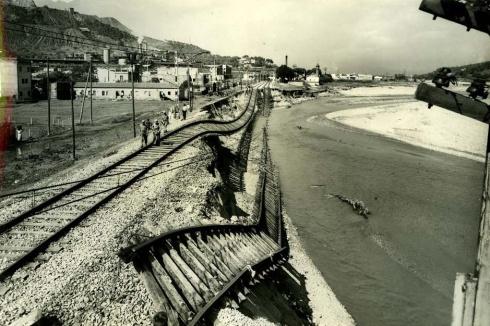 El meandre del Besós, entre les estacions de Sant Andreu i Montcada, desprès la avinguda de la tardor del 1962. Francesc Ribera.