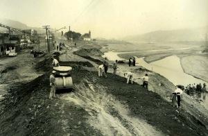 Treballs de reconstrucció del terraplé, desprès la primera avinguda. Francesc Ribera.