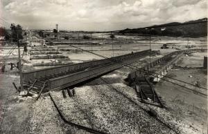 Destrosses en el pont sobre el riu Ripoll, desprès la primera avinguda. Francesc Ribera.