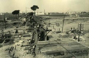 Reconstrucció provisional del pont sobre la Riera de las Arenas, en el trajecte entre Sabadell i Terrassa. Francesc Ribera.