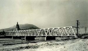 La solució final al pont del Ripoll és similar a la del Besós: tauler metàl·lic Warren roblonat. Francesc Ribera.