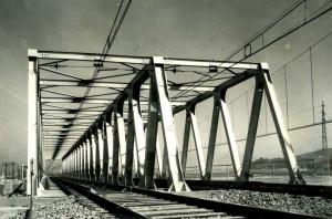 Finalment el tauler metàl·lic del pont del Besós ha se der substituït per complet. Aquest pont és el que es troba avui en servei. Francesc Ribera.