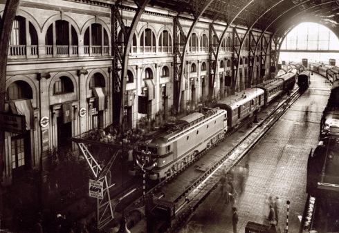 Llegada a la estación de Barcelona-Término del tren inaugural de la electrificación de la línea de Tarragona a Barcelona, en 1956. Francesc Ribera Colomer.