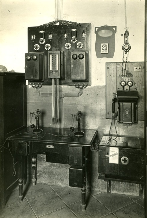 Mesa de comunicaciones de la estación de Sant Vicenç de Calders a mediados de siglo XX. Francesc Ribera Colomer.
