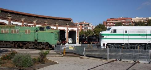 La Panchorga del Museu junt a la locomotora 318-001 al moment del seu trasllat per a la seva restauració.